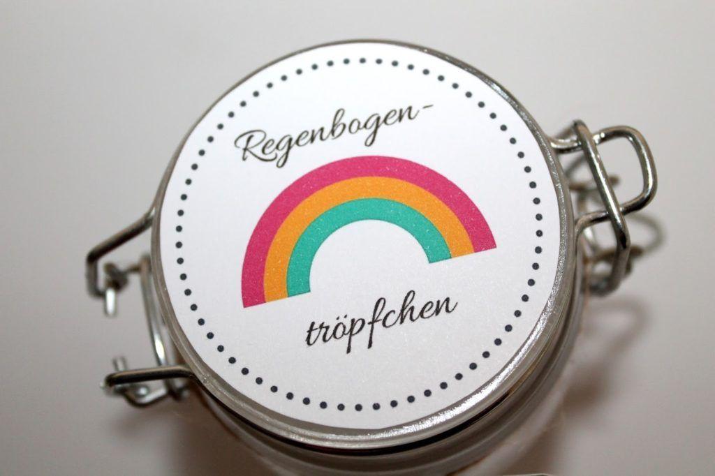 DIY süßes Geschenk aus dem Glas Regenbogentröpfchen {mit gratis Printable} – DIYCarinchen