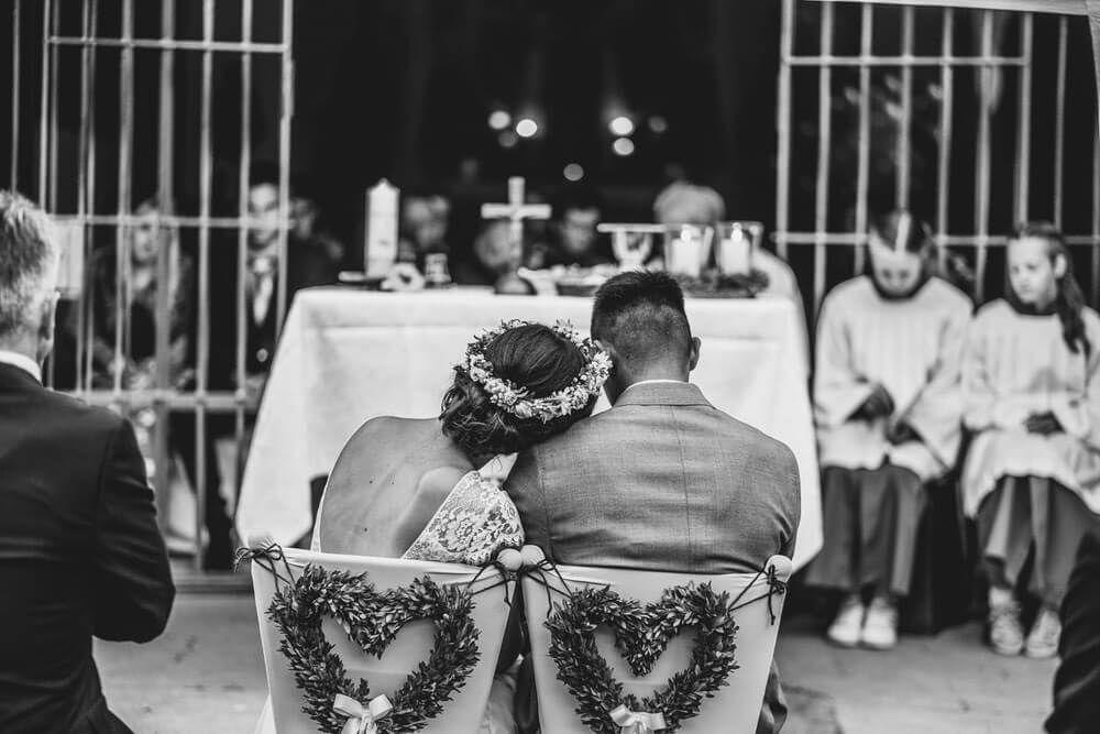Die Braut Lehnt Sich An Den Liebsten Vor Dem Altar Hochzeit Liebe Magisch Hochzeit Romantische Hochzeit Hochzeitsfotograf