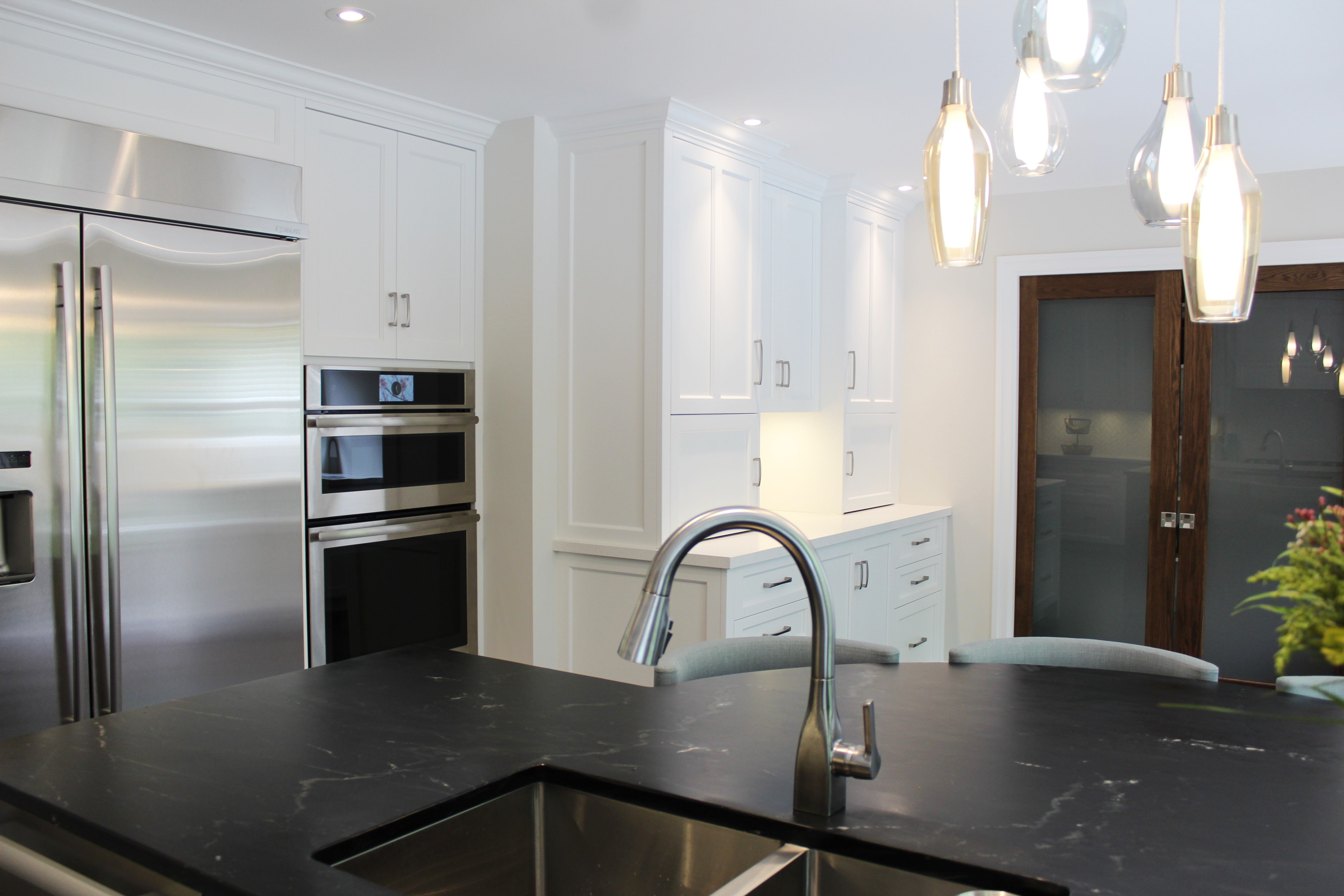 These Customcabinets Shine Bright In Chantilly Lace We Love The Contrast Between The Dark Soapstone Co Custom Kitchen Ceasarstone Countertops Luxury Interior