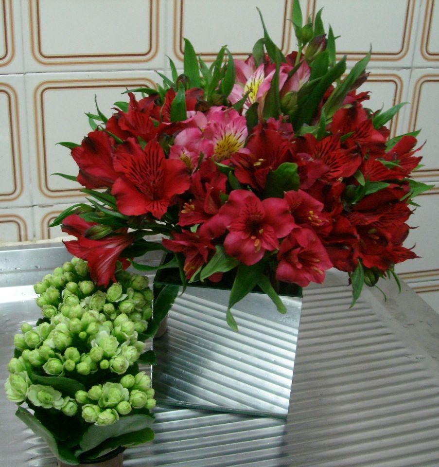 Astromelias Vermelhas E Rosas Em Cachepot Espelhado Para Mesa De