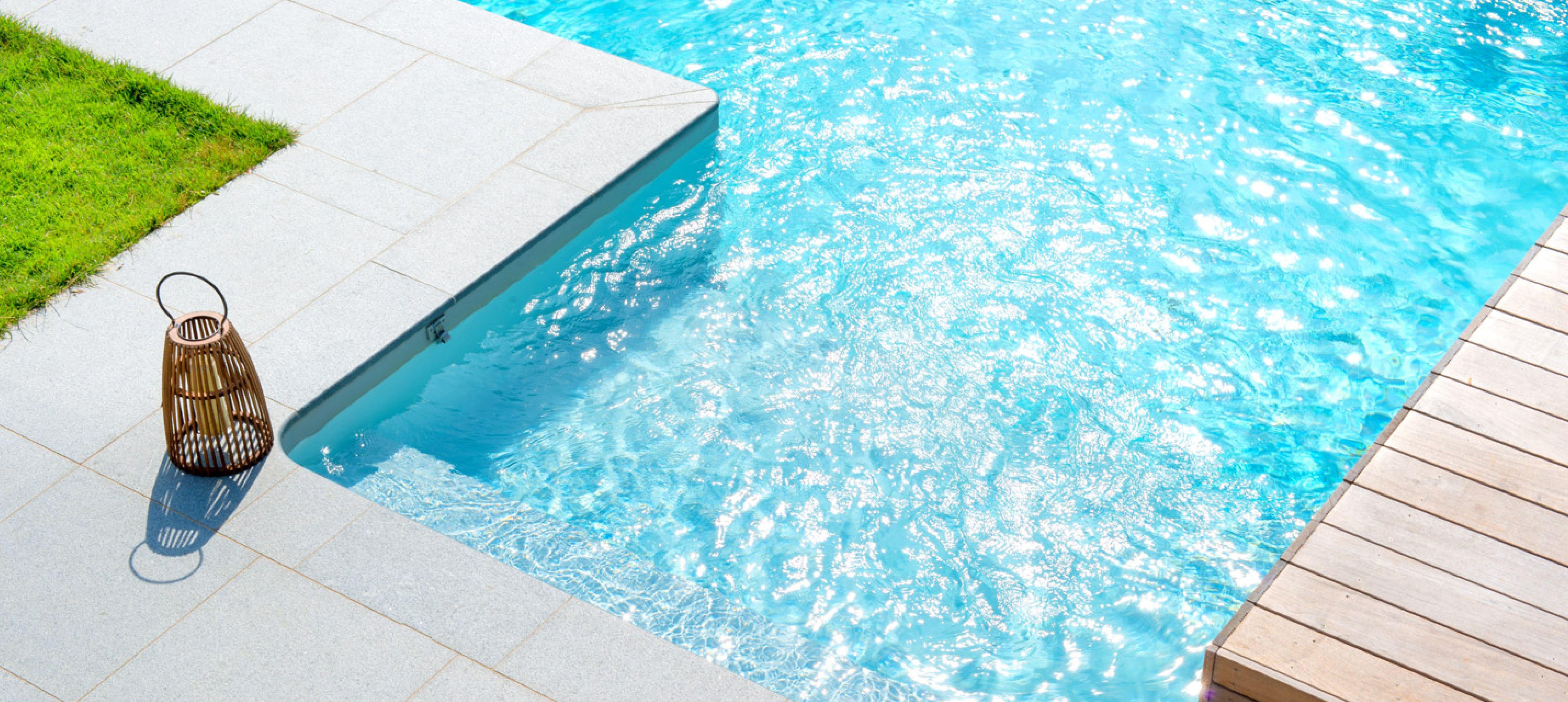 Piscine En Bois Alsace zoom sur l'escalier large de la piscine concept maldives