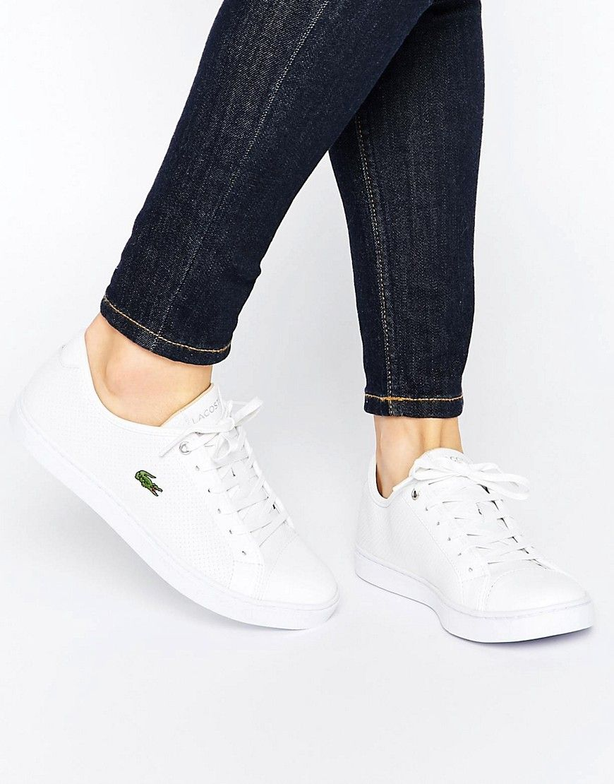 cc434a8c94 ¡Cómpralo ya!. Zapatillas de deporte blancas Showcourt PIQ3 de Lacoste.  Zapatillas de deporte de Lacoste Exterior de efecto cuero Diseño perforado  Cierre de ...