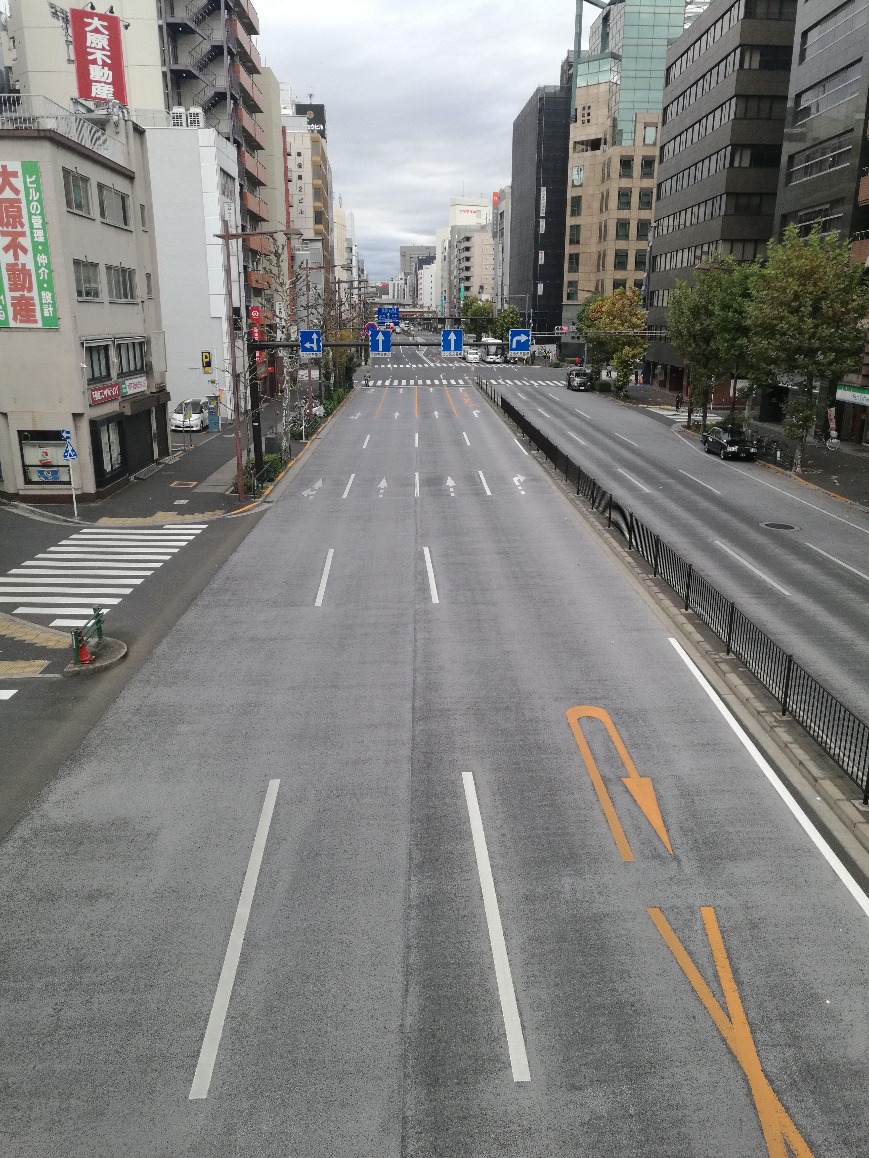 Calle desierta en medio de Tokyo