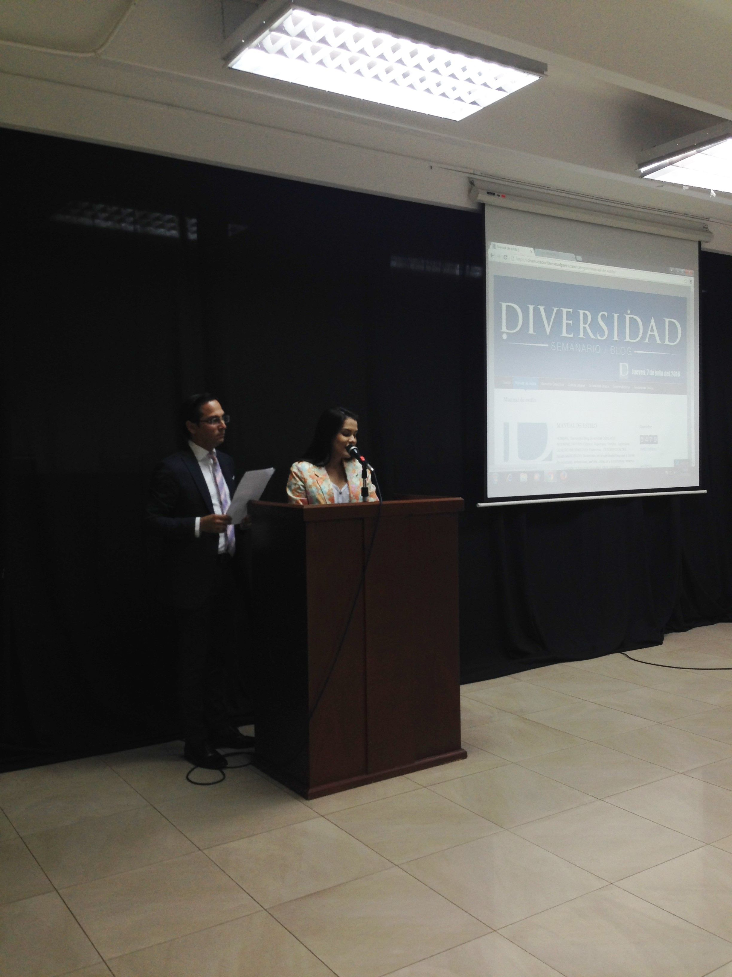 Presentadores del evento, fueron alumnos de la Facultad de Filosofía, estudiantes de la docente Maritza Carvajal. #LosMejoresSiempre #UCSG #BlogDiversidad