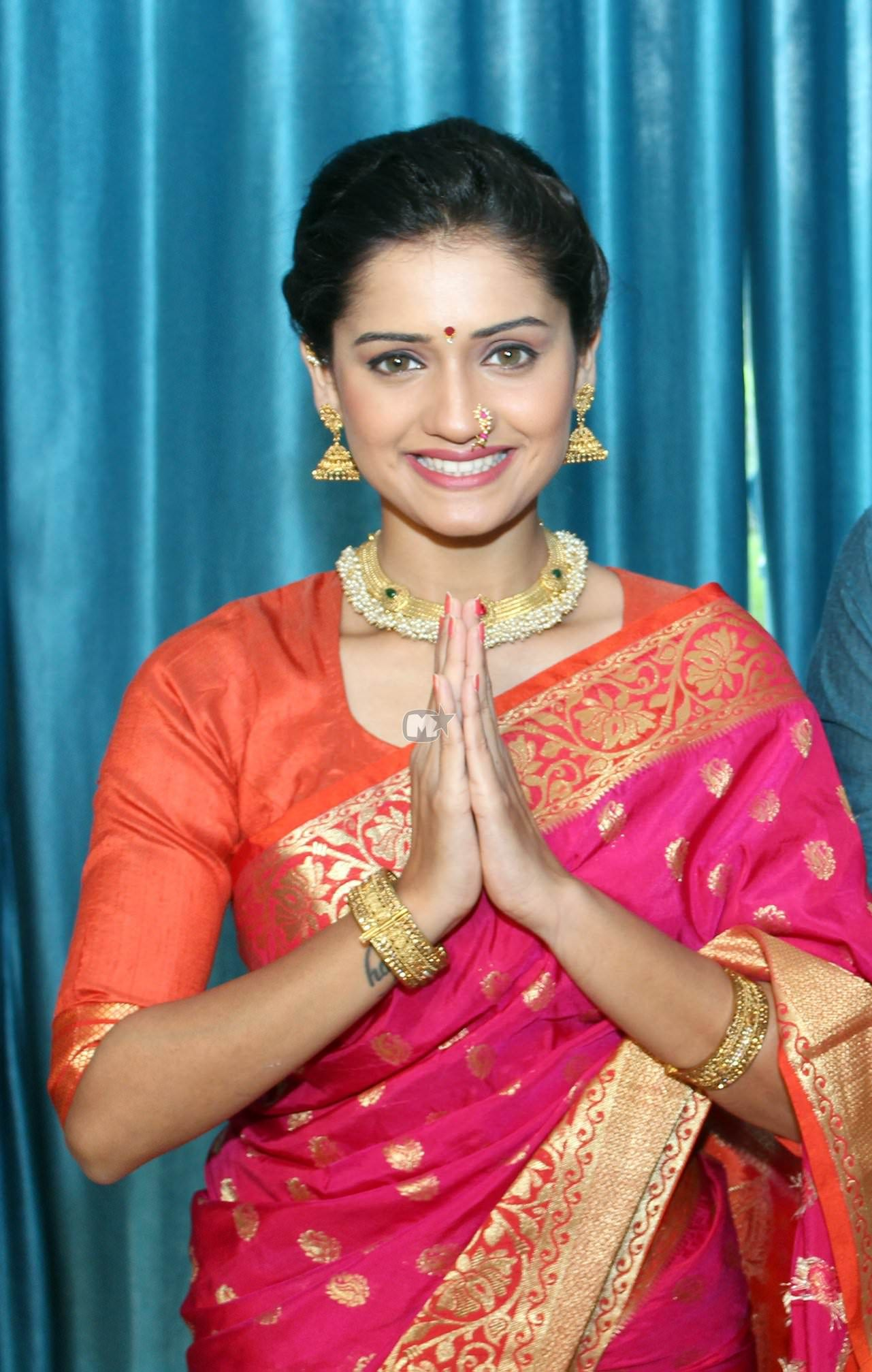 Hruta Durgule Marathi Actress Biography Photos Phulpakharu