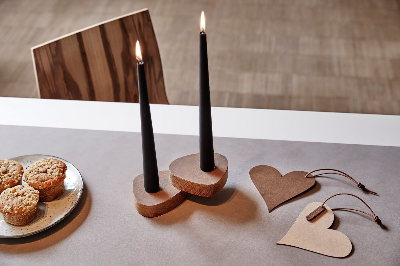 Cozy time with cookies on our TABLE RUNNER with CURVE CANDLE HOLDER and CHRISTMAS HANGERS. #brown #linddna