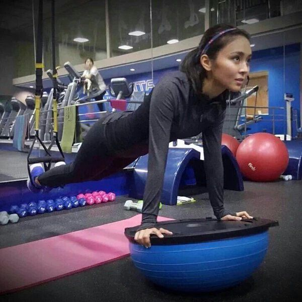 This is the pretty Kathryn Bernardo doing push-ups during a busy fitness workout with her personal trainer at Gold's Gym before taping. Indeed, Kathryn is one of my favourite Kapamilyas, and she's an amazing Star Magic talent. #KathrynBernardo #TeenQueen #GoldsGym #GoldsGymPH