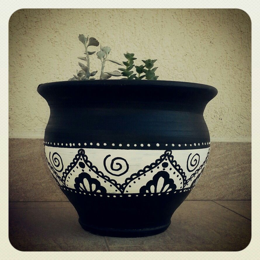 Black and white painted terracotta pots awesome painting for Big pot painting designs