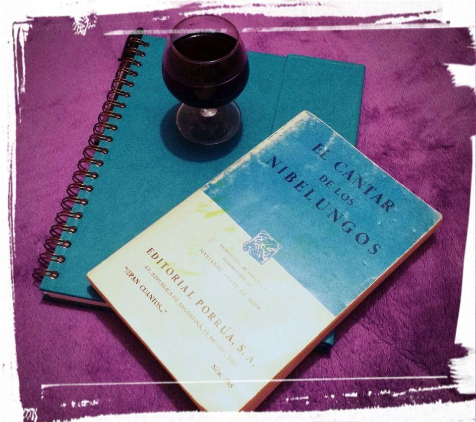 Un buen #libro,una #copa de #vino , un #momento #propio para #relax.  #Libro de EL #CANTAR DE LOS #NIBELUNGOS