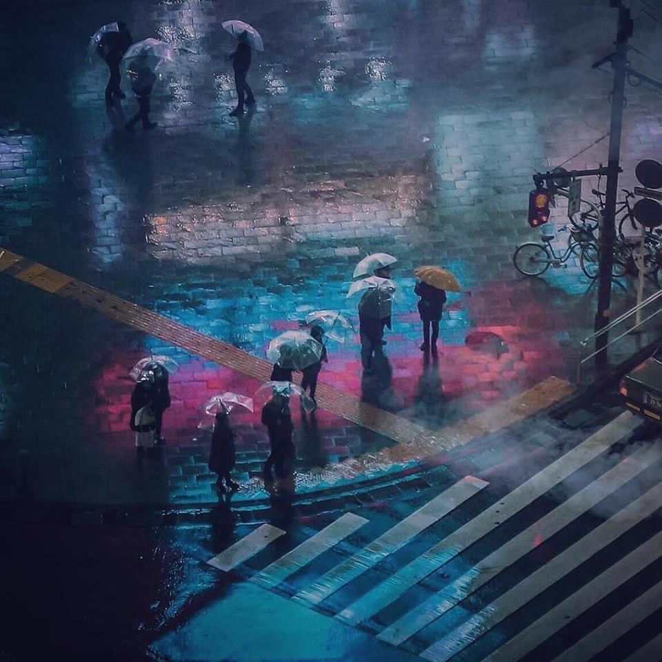 Gracias al juego de luces y a los diferentes puntos de focalización en sus imágenes, Wong desafía nuestra mente hasta llegar al punto en el que el Tokio que