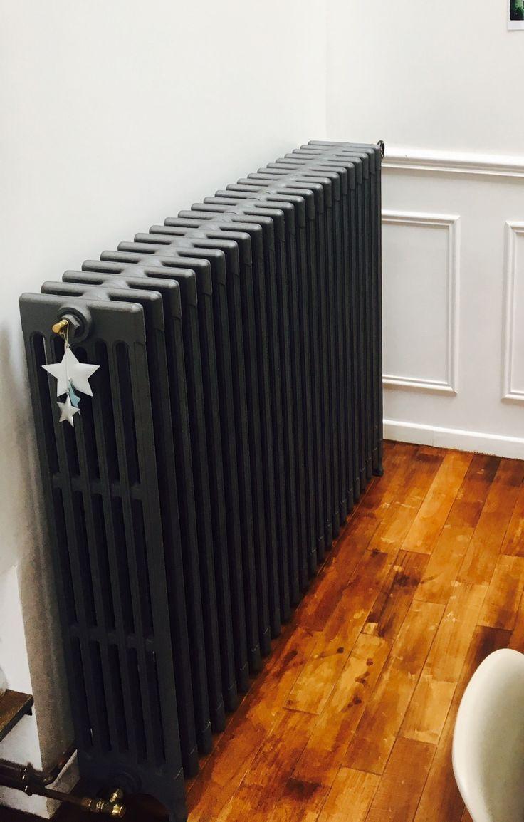Comment Cacher Un Vieux Radiateur un beau radiateur en fonte peint en gris très foncé pour