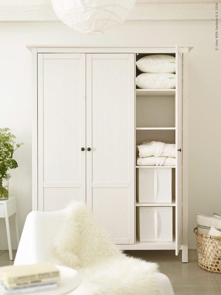 HEMNES klädskåp i vitbetsat massivt trä har tre dörrar och flyttbara hyllplan SKUBB låda