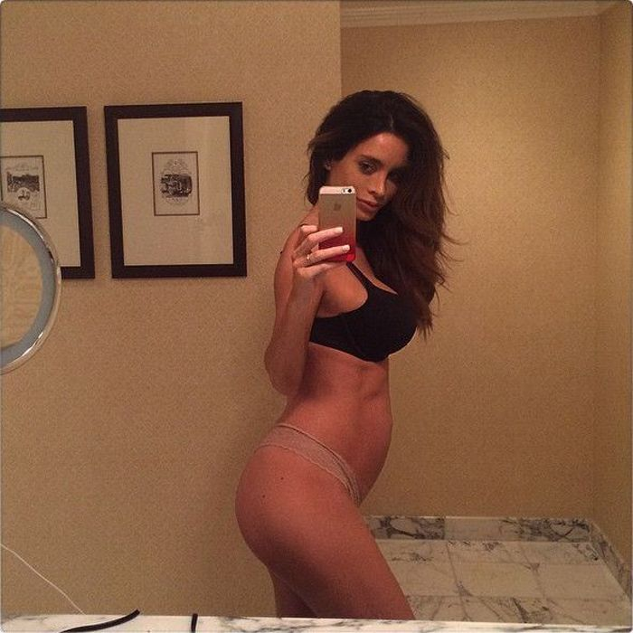 Modelo embarazada con hermosa figura