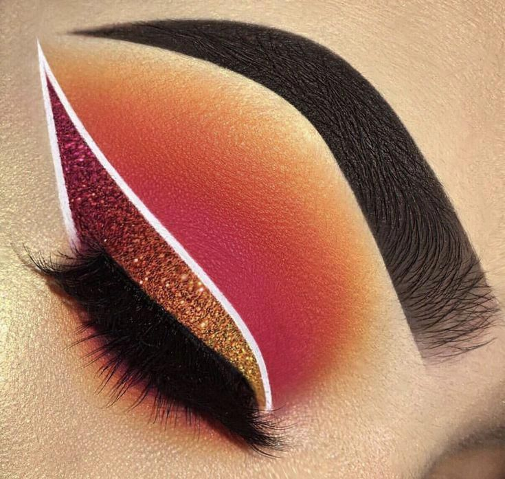 cool Our beauty @makeupbyriquelle slaying this glitter eyeliner wing using diamond dust colors shin
