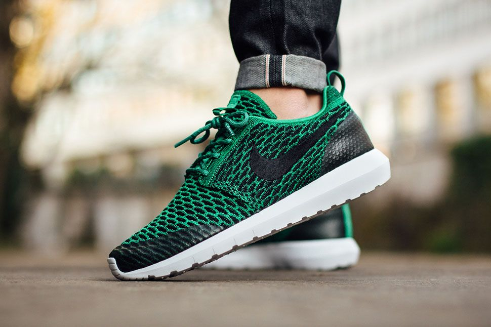 nike roshe nm flyknit se lucid green\/ black&white background