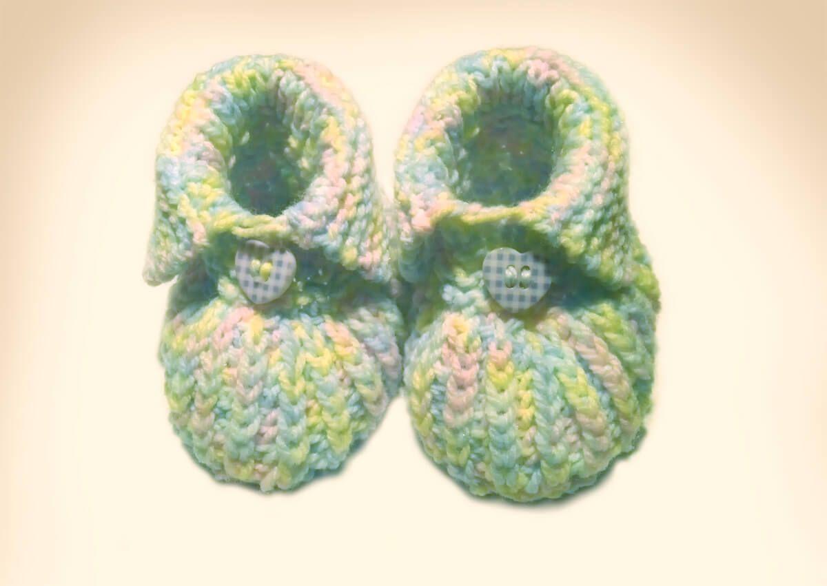 Baby-Bootie - gestrickt und mit Knopf | die Kleinen, Winter und Babys
