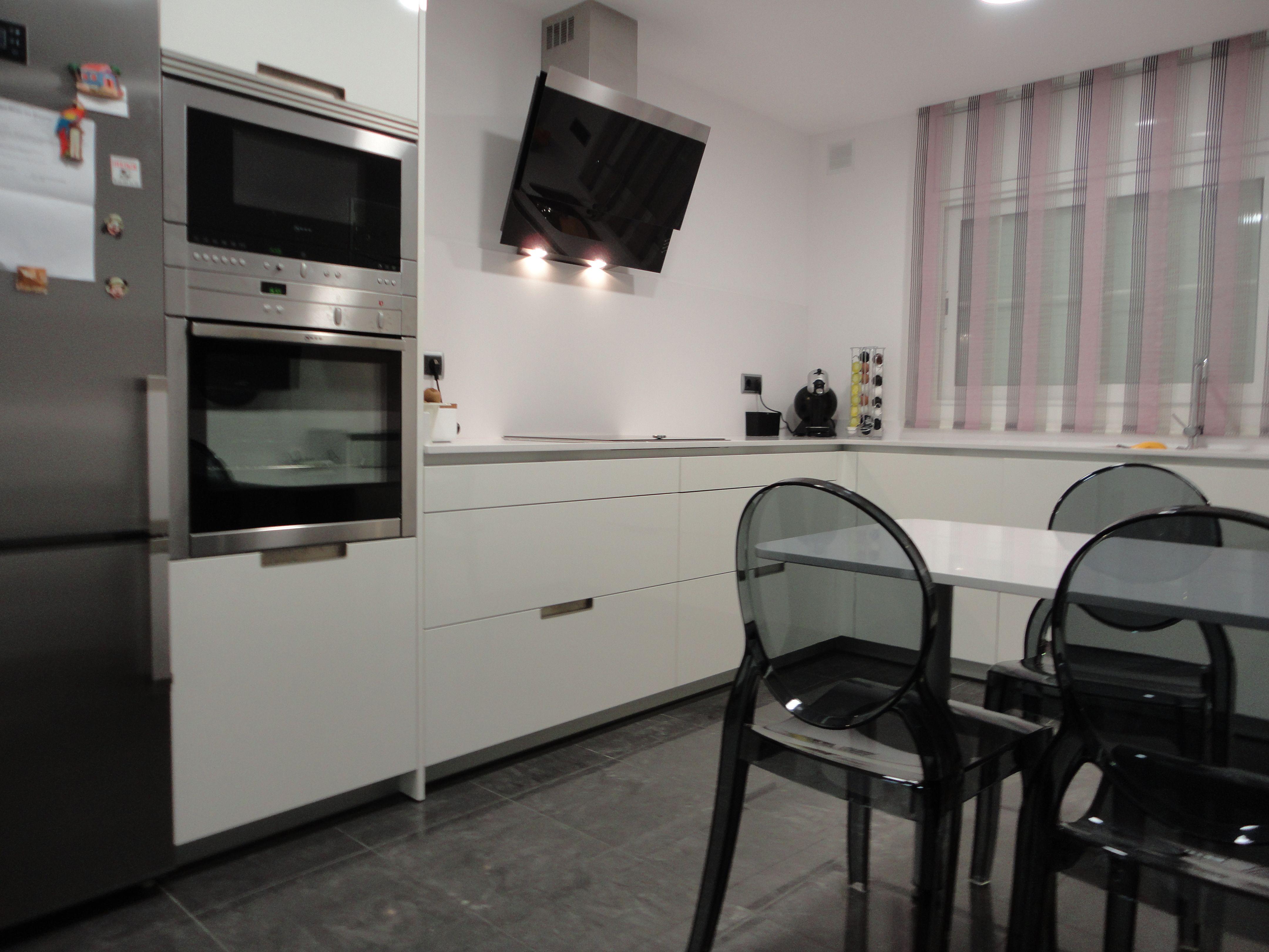Reforma cocina m o mobiliario santos minos l blanco brillo campana decorativa cristal negro - Cocina con campana decorativa ...