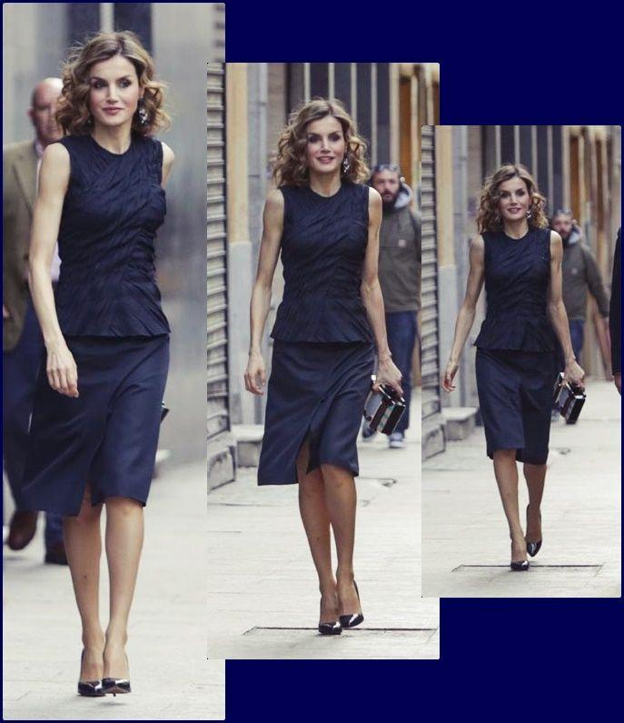Doña Letizia Ha Optado Por Un Atuendo Más Vestido Que En Ediciones Anteriores Compuesto Por Un Top Azul Noche Drapeado D Queen Letizia Dresses For Work Clothes