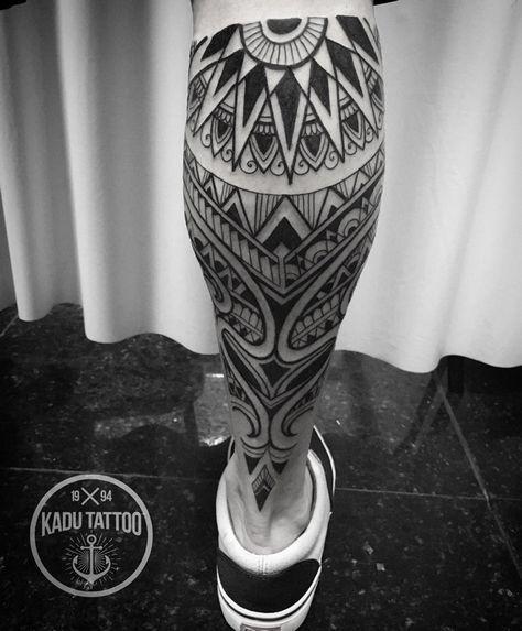 Tatuagem Na Panturrilha De Símbolos Maori Agrupados Com