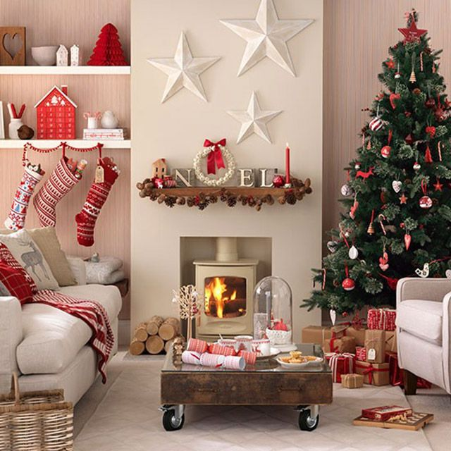 Sala de estar con decoración navideña. Repisas con pinos de papel ...