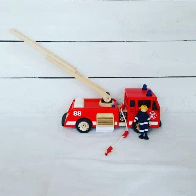 Brandmannen har ett viktigt meddelande!!! FRI FRAKT hela helgen! Tjoohejj och det är fredaaaaag! Hoppas ni får en toppenhelg  ------- #lekima #träleksaker #woodentoys #barnrum #barnrumsinspo #flickrum #pojkrum #barnerom #frifrakt #underbarabarnrum #finabarnsaker #inredning #design #storbrandbil #brandmän #firemen #firefighter #firetruck #kvalitet #kidsinteriors #fantasi