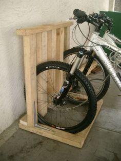 diy bike rack wood pallet idea rangement range velo et rangement garage. Black Bedroom Furniture Sets. Home Design Ideas