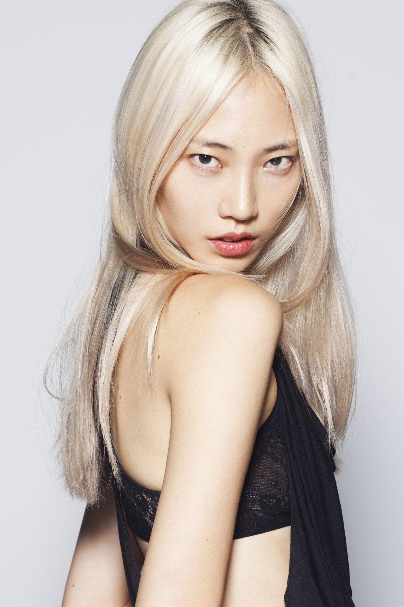 Азиат с блондинкой