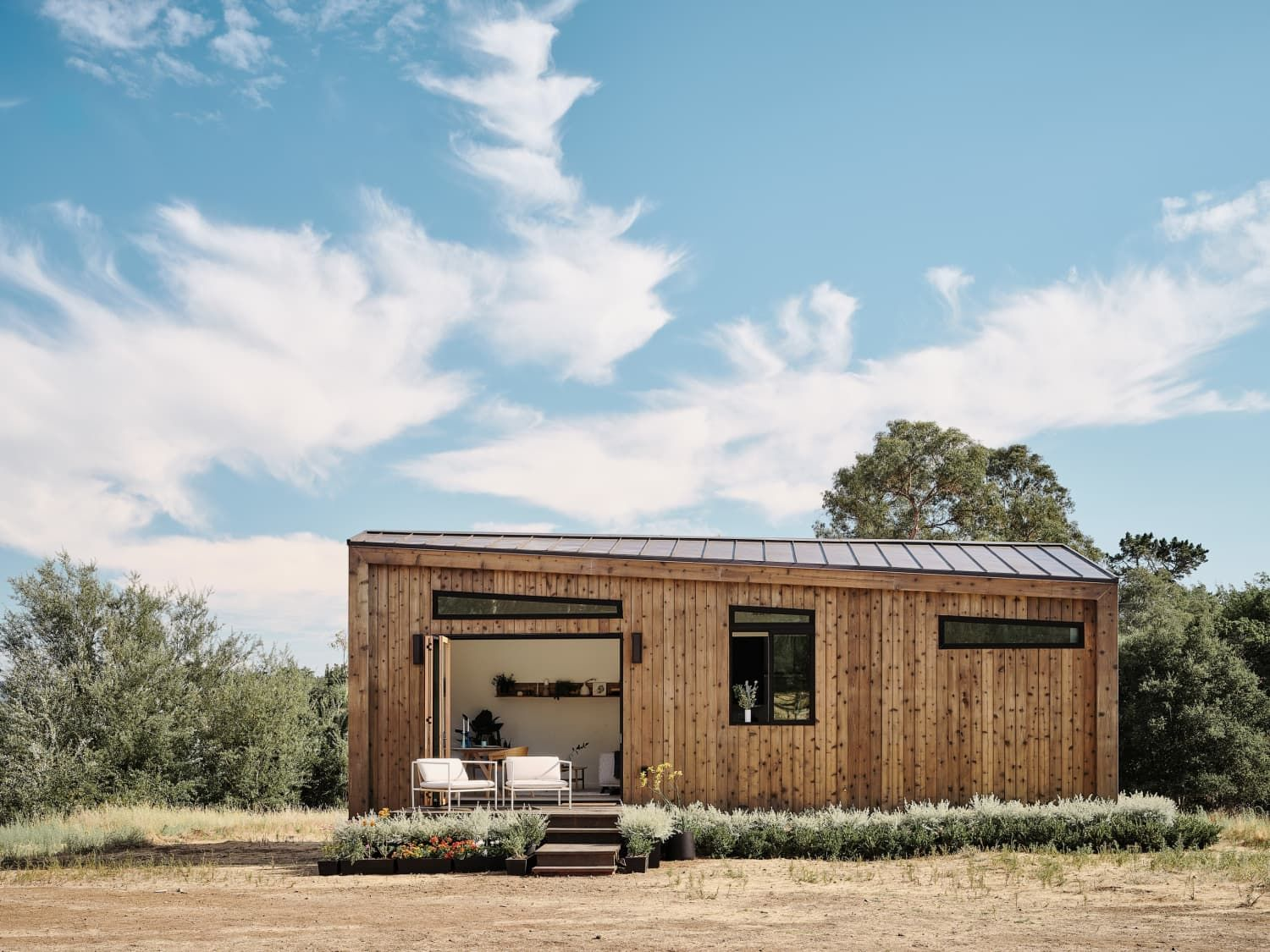 A Sleekly Decorated Tiny House Known As The Abodu 500 Is The Impressive Result Of A Partnership Between Abodu A Us Company That Prefab Homes Prefab Tiny House