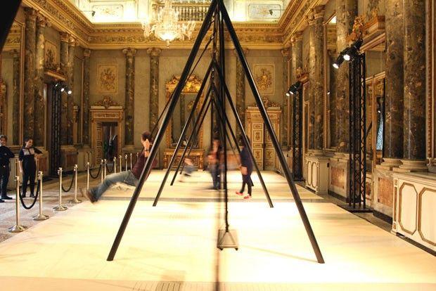 Milão 2015, dia 5: um certo mood artístico (Foto: Michell Lott)A instalação Swings, da Caesarstone, convida os visitantes a se balançarem em uma estrutura minimalista que contrasta com os interiores rebuscados da locação. Parada obrigatória durante a correria dos dias de Salone