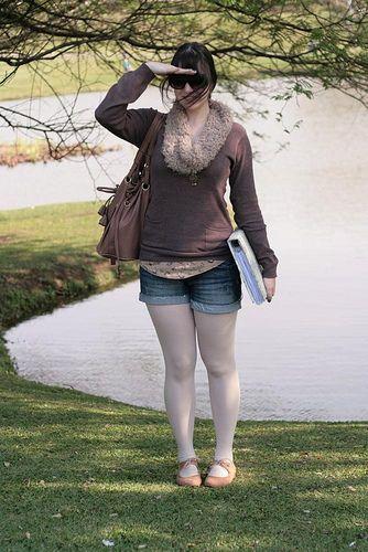 Look confortável com shorts jeans regata com estampa de passarinhos e suéter marrom e oxford