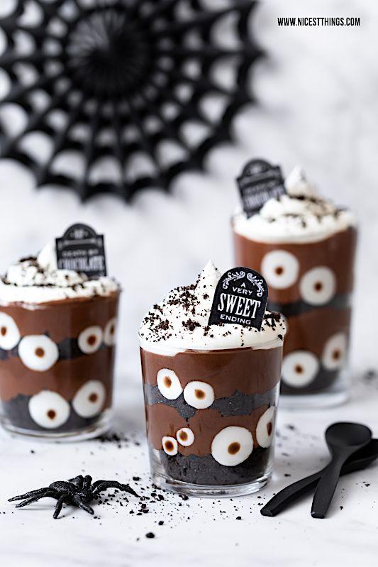 Halloween Dessert im Glas mit Augen: gruseliges Friedhof Schichtdessert #repashalloween
