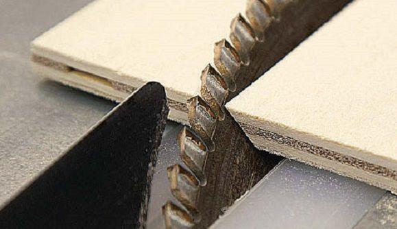 Mit der Tischkreissäge werden die Seitenwände auf 45 Grad