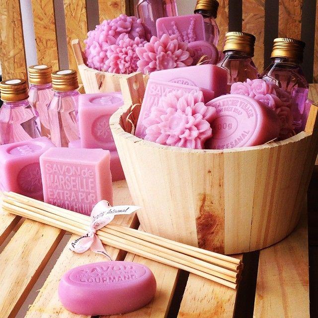 Minha mãe pediu um kit... Ficou em dúvida do que queria! Pensou e me disse um sabonete bem gostoso e um aromatizador... Dai fiz este kit! Acho que ela vai amar!!... Assim ela fica bem felizzz aroma de gardênia com rosa do Marrocos... #peterpaiva #amor #família #sabonete #saboaria #soap #soaplove #handmade #handmadesoap