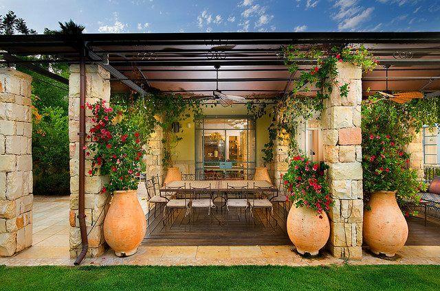 kletterpflanzen frische blumen keramiktöpfe garten mediterran, Gartenarbeit ideen
