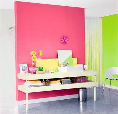 Le rose et le vert sont appliqués sur des pans de mur, façon color ...