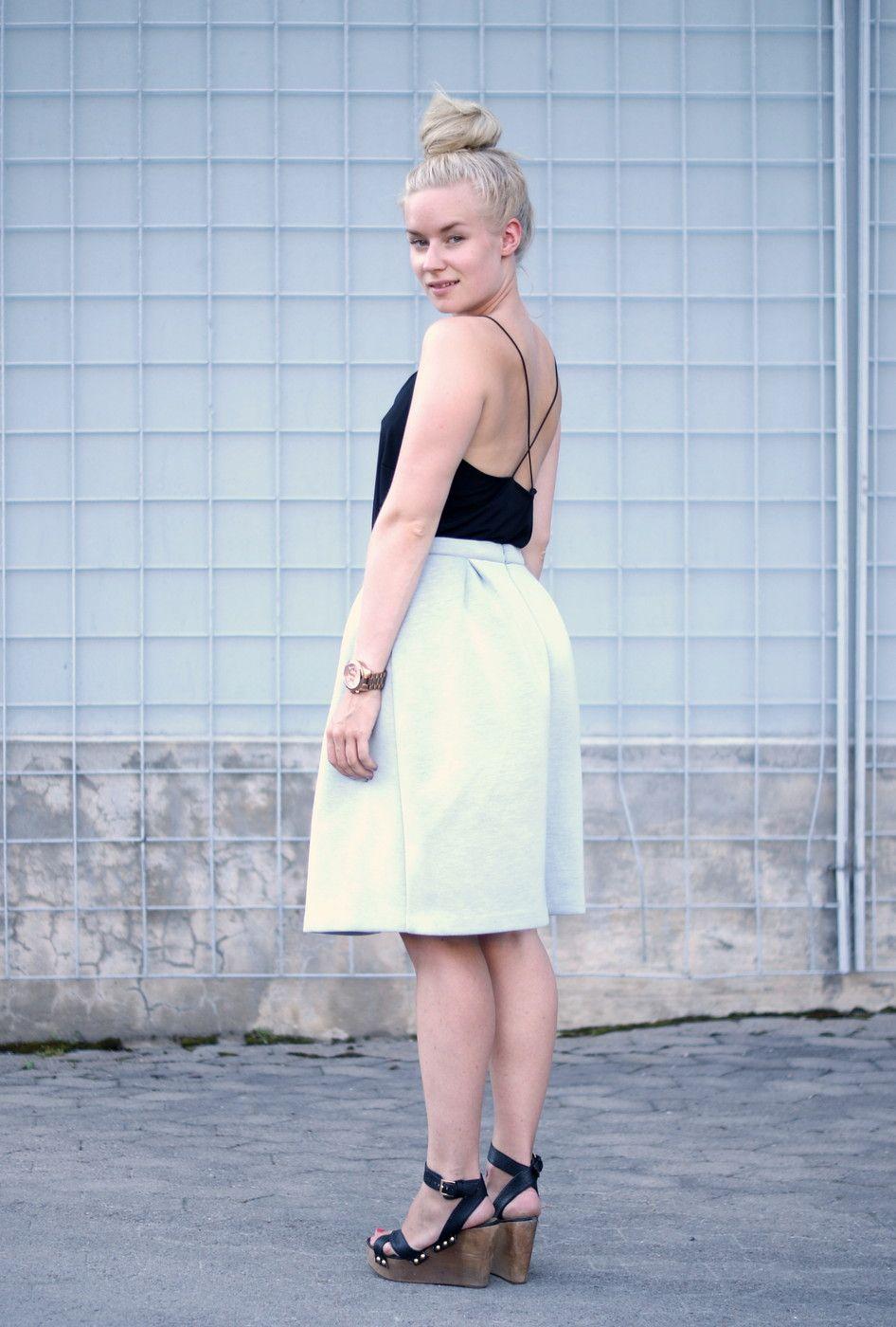 Girly dress / sandalets / bun