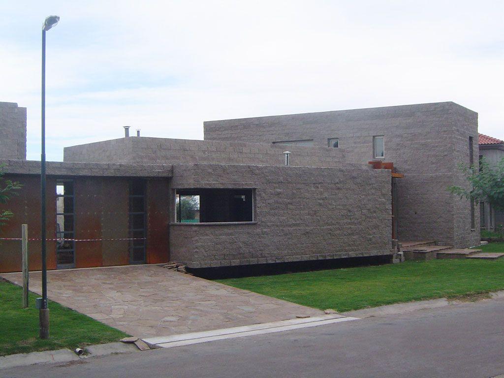 Vivienda construida con bloques de cemento ladrillos de - Construccion de chimeneas de ladrillo ...