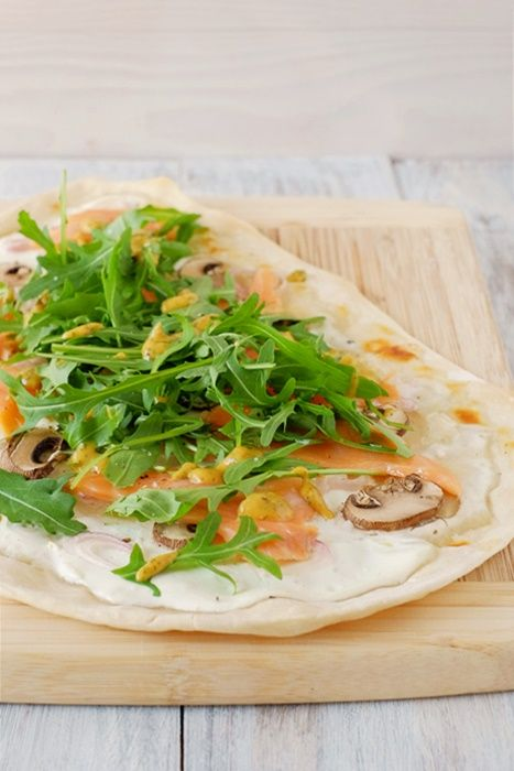 flammkuchen mit lachs rucola und senfso e salaterezepte von bloggern pinterest. Black Bedroom Furniture Sets. Home Design Ideas