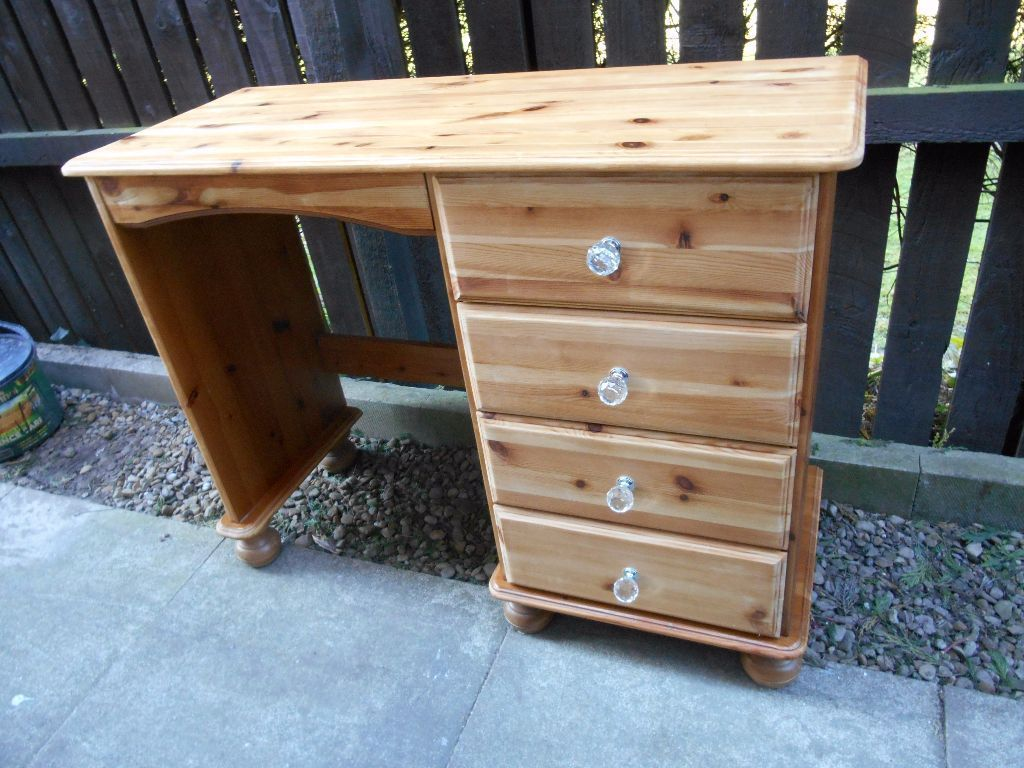 wood stain with clear knobs; don't really like this color