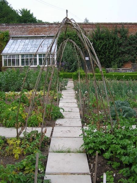 Intwood Hall Walled Garden But With Pea Gravel Paths 400 x 300