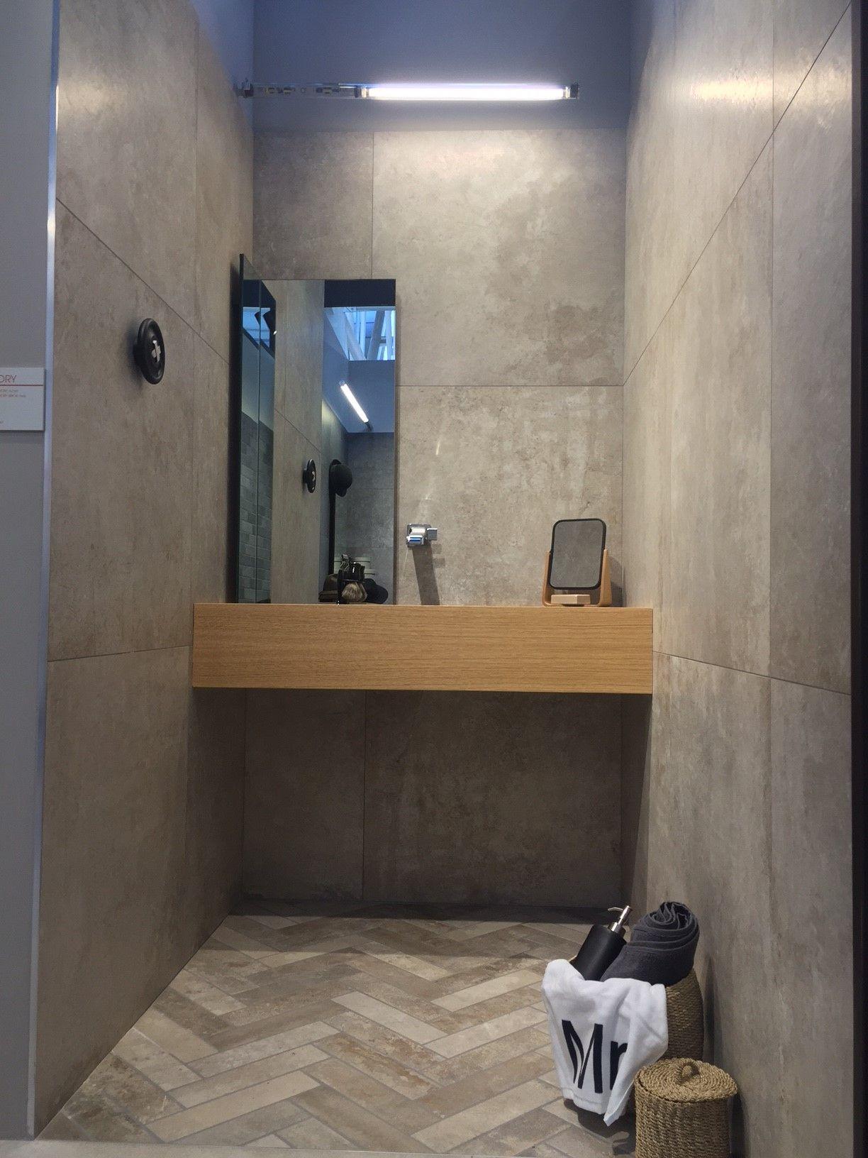 Bagno realizzato in gres porcellanato effetto pietra di - Piastrelle bagno catania ...