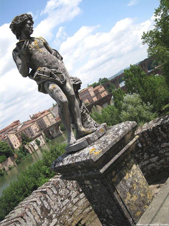 Estátua nos muros do Palais de La Berbie na cidade de Albi, França.