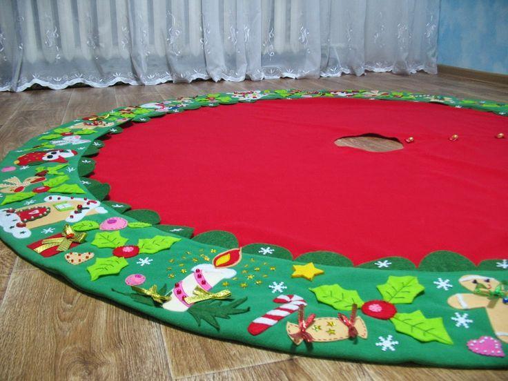 Bolas De Navidad Rojas Sobre Fondo Verde: Arbol De Navidad Elegante. Stunning Estrellas Decorando