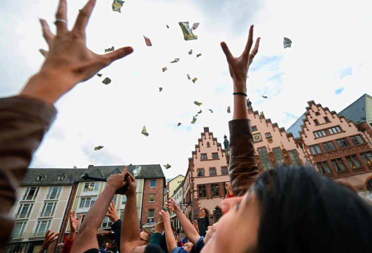 """Geldregen: Passanten versuchen die Geldscheine, die der Sprecher von """"PEACE"""" Joachim Ackva, aus Geldsäcken an Gasballons herunterregnen lässt, auf dem Römerberg in Frankfurt am Main zu ergattern. Das Geld stammt aus seinem Privatvermögen. Der 49-Jährige ist Mitbegründer einer Bürgerbewegung, die sich für eine gerechtere Verteilung des Geldes auf der Welt einsetzt. Mehr Bilder des Tages auf: http://www.nachrichten.at/nachrichten/bilder_des_tages/ (Bild: dpa)"""