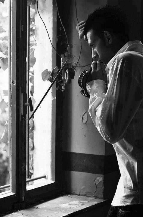 черно белое фото мужчина у окна