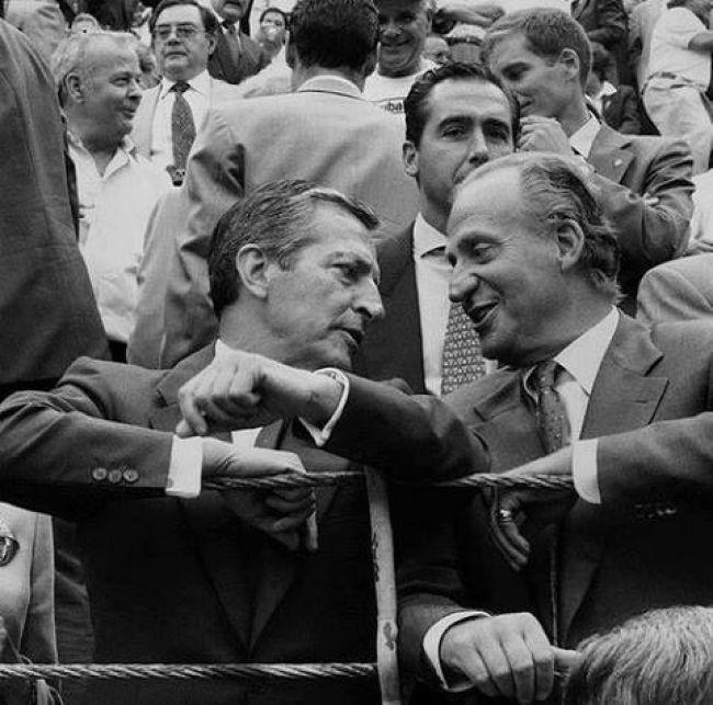 Adolfo Suárez junto al Rey en una barrera de una plaza de toros