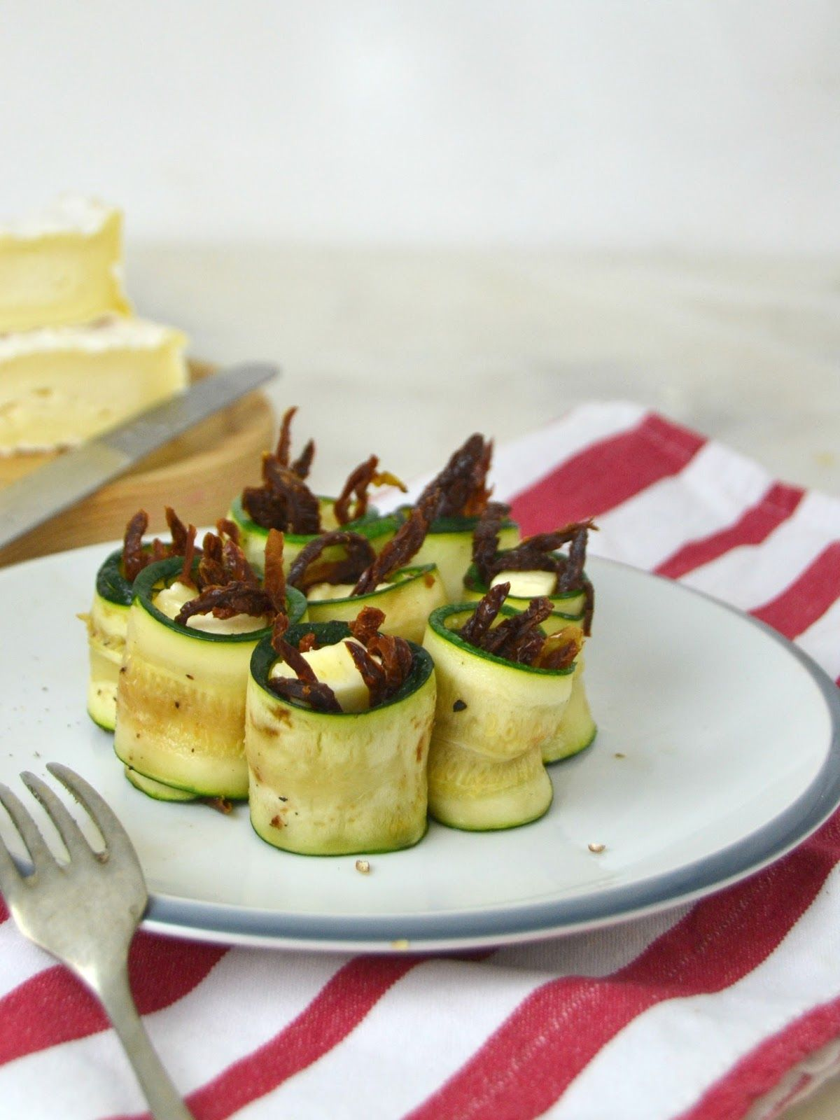 Rollitos de calabacín con queso camembert