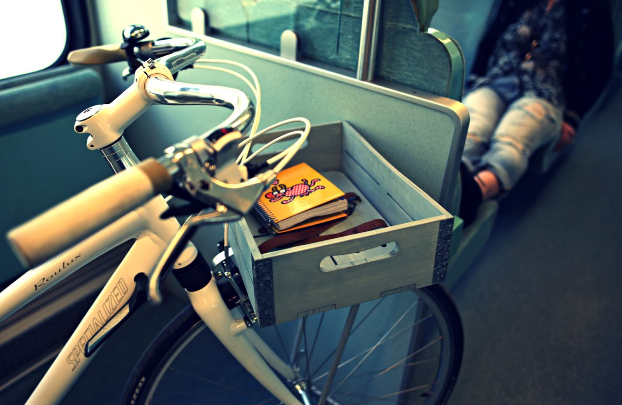Travel with your bike and your own basket Laurel through the city!
