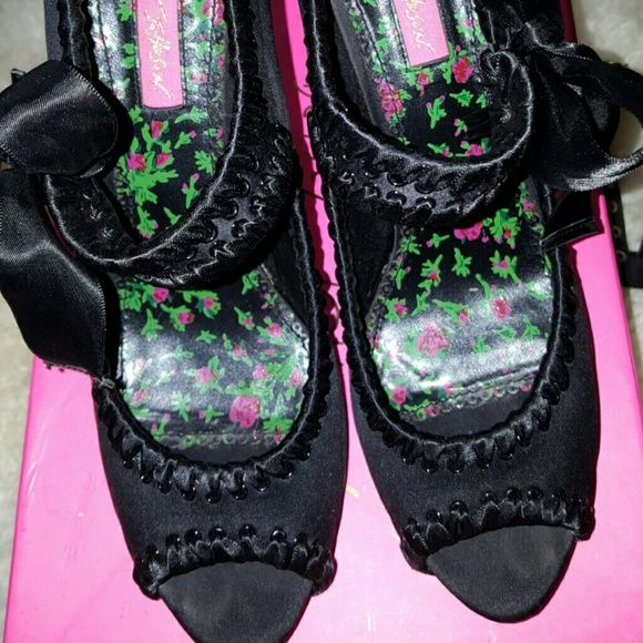 Betsey Johnson pumps high heel 8.5 Black satin, bow on side  , like new only worn  a  few  times, Shoes Heels