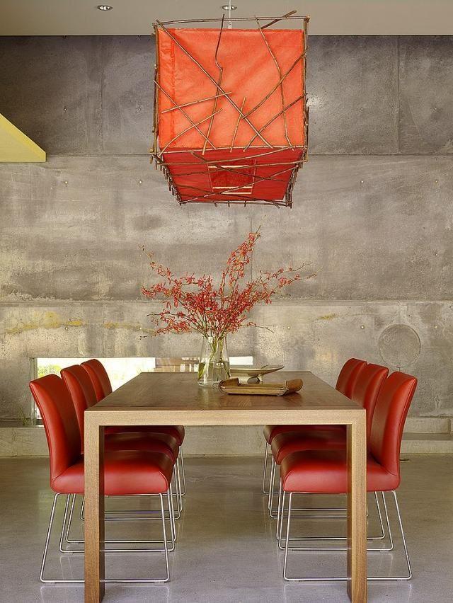 salle manger moderne chaises en cuir rouge et lustre assorti
